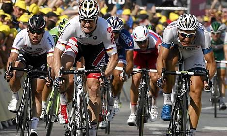 Marcel Kittel (oik.) oli nopein Tour de Francen kymmenennen etapin loppukirissä tiistaina. Kiritykit André Greipel (kesk.) ja Mark Cavendish (vas.) jäivät rutistuksessa jälkeen.