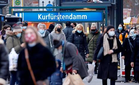 Jalankulkijoita Berliinin keskustassa joulukuussa.