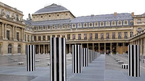 Yksi Burenin tunnetuimmista teoksista on Les Deux Plateaux (1985–1986) Pariisin Palais-Royalin sisäpihalla. Se koostuu 260 valko-mustaraidallisesta marmoripylväästä.