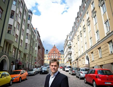 Seitsemästä kaupunkiaktiivista muodostuvaan Urban Helsinki -ryhmään kuuluva arkkitehti Matti Tapaninen haluaa, että Helsinki muuttaisi kaupunkirakennettaan Kruununhaan suuntaan. Tapaninen toivoo että Helsinkiä kehitettäessä myös asukkaiden mielipiteet huomioitaisiin.