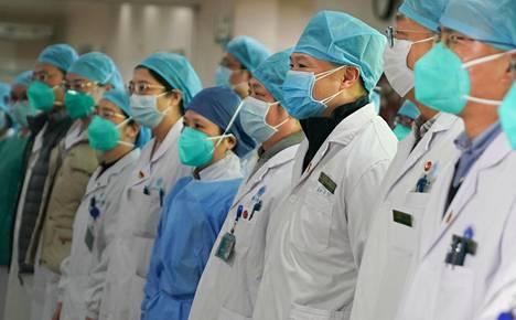 Lääkintähenkilökunta osallistui koronavirusta vastaan kamppailevan tiimin perustamisseremoniaan Wuhanissa tammikuussa.