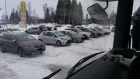 Raskaan liikenteen parkkipaikka Ilolassa täyttyy talviulkoilijoiden autoista.