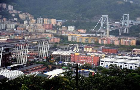 Rakennetun laakson yli Genovasta länteen johtava moottoritiesilta romahti keskivaiheilta parinsadan metrin matkalta.