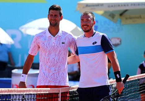 Serbialaiset Novak Djoković ja Pedja Krstin poseerasivat 20. kesäkuuta ennen Adrian Tourin kohtaamista Zadarissa Kroatiassa.