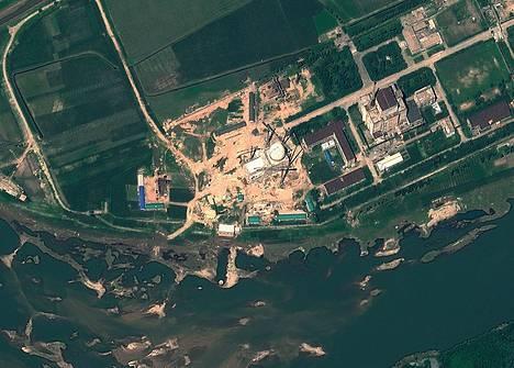 Satelliittikuva Yongbyonin ydintutkimuskeskuksesta viime vuoden elokuulta. Tuoreemmat, yhdysvaltalainen tutkimuslaitoksen analysoimat satelliittikuvat osoittavat, että Pohjois-Korea on ehkä aktivoimassa uudestaan aiemmin suljettua ydinlaitostaan.