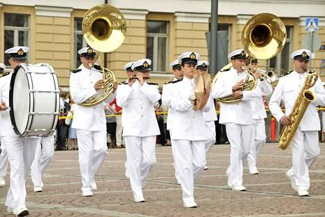 Puolustusvoimain lippujuhlan päivän paraati on peruutettu, mutta Laivaston soittokunta järjestää juhlapäivän kunniaksi konsertin.