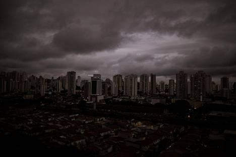 Sao Paulo pimeni metsäpalojen takia ja asukkaat kertoivat sateen olleen mustaa. Kuva on otettu viime maanantaina.