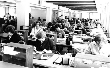 Veikkauskuponkeja tarkastettiin Veikkaustoimiston pääkonttorin tarkastussalissa vuonna 1965. Työntekijät kävivät läpi lähes miljoona kuponkia viikottain.