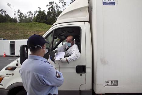 Portugalilainen rajapoliisi tutki Valençan raja-asemalla Pohjois-Portugalissa, oliko Espanjan puolelta ajavalla kuljettajalla asianmukaiset luvat saapua maahan. Naapurimaat sulkivat maarajansa koronatartuntojen leviämisen estämiseksi pian kaksi kuukautta sitten.