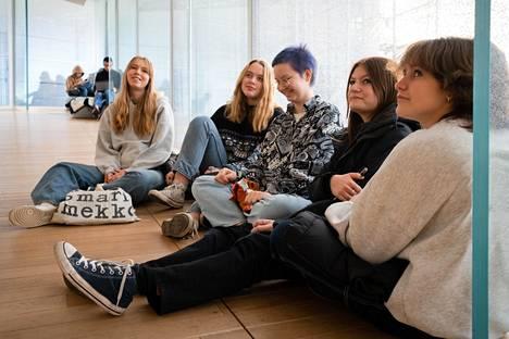 Töölön yhteiskoulun kahdeksasluokkalaiset olivat tulleet viettämään aikaa keskustakirjasto Oodiin oppituntiensa välissä. Kuvassa Elsa Onniselkä (vas.), Ronja Lindfors, Alissa Eloranta, Hilda Pyyhtiä ja Tilda Sokolnicki.