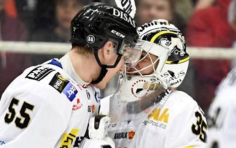 Kärppien Lasse Ohtamaa (vas.) ja Veini Vehviläinen nousevat MM-kisakoneeseen. Kuva on kuudennesta liigafinaalista.