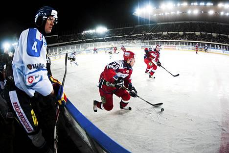 Denis Kokarev kuljetti kiekkoa ja Sergei Kalinin odotti syöttöä Venäjä ja Suomen kohdattua Olympiastadionilla vuosi sitten.