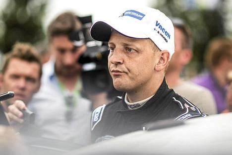 Mikko Hirvonen mietteliäänä.