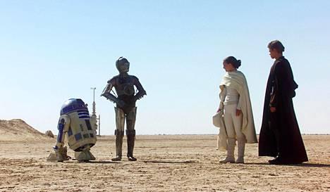 Droidit R2-D2 (vas.) ja C-3PO tapaavat Padme Amidalan ja Anakin Skywalkerin Tatooinella Tähtien Sota: Episodi II -elokuvassa, joka valmistui 2001.