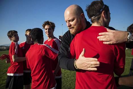 Gert Remmel halasi Giorgionen B-juniorijoukkueen pelaajia ennen harjoitusottelua seuran edustusjoukkuetta vastaan.