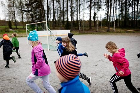 Raikun koulun oppilaat juoksevat kotiin koulupäivän loputtua. Kuvassa keskellä Peppi Helenius.