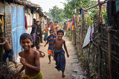 Rohingya-lapset juoksivat Kutupalongin pakolaisleirillä Bangladeshissa elokuun alussa.