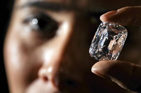 """""""Arkkiherttua Josef"""" -niminen timantti Christiesin huutokaupassa Genevessä viime perjantaina."""