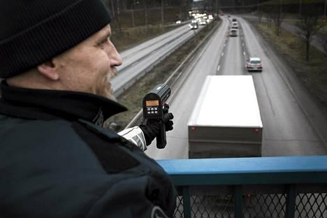 Ylikonstaapeli Tuomo Luoto tarkkaili autojen nopeuksia Kehä I:llä joulukuussa 2013.