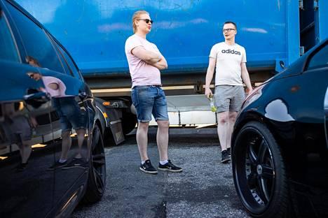 Teemu Rissanen (vasemmalla) ja Karri Koski saapuvat viikonloppuisin Ruskeasannan Shellille tarkastelemaan toistensa autoja.