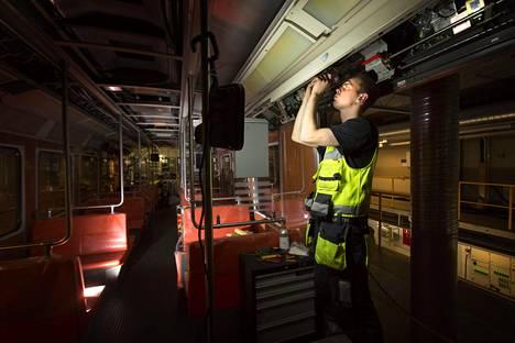 Asennukset vanhoissa metrojunissa jatkuivat aina siihen saakka, kunnes HKL sanoi sopimuksen irti. Raido Semm asensi automaatiotekniikkaa vuoden 2014 joulukuussa.