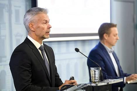 Ylilääkäri Taneli Puumalainen THL:stä ja johtaja Pasi Pohjola STM:stä sosiaali- ja terveysministeriön ja Terveyden ja hyvinvoinnin laitoksen koronatilannekatsauksessa Helsingissä torstaina.