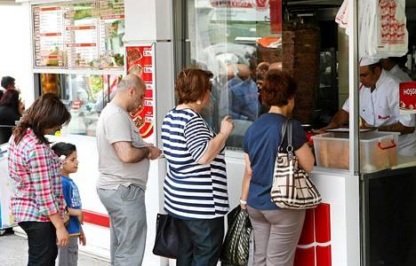 Jonoa kebab-kioskille Ankarassa.