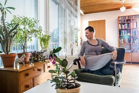 Hannele Junttila on myymässä omaa osuuttaan 200-neliöisestä rivitaloasunnosta.