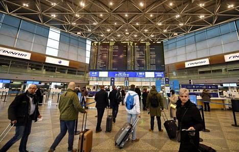 Matkustajia parveili Helsinki-Vantaan lentoasemalla maaliskuun 17. päivänä, jolloin lakko sotki liikennettä. Positiivisia haasteita lentoasemalle tuo vinhaa vauhtia kasvava reittiliikenne.