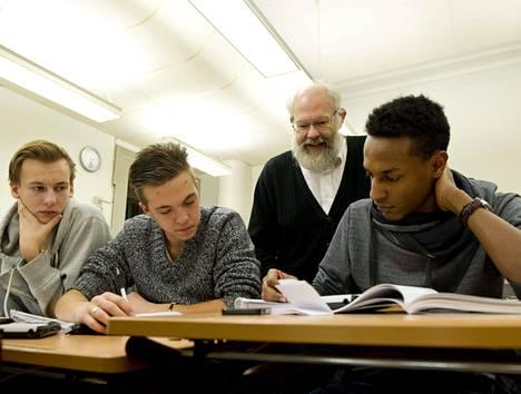 Lennart Lundström käy kerran viikossa vapaaehtoisena auttamassa lukiolaisia matematiikanläksyjen laskemisessa Mattecentrumin laskutuvassa. Fredrik Radholmin (vas.), Oscar Dafgårdin ja Temesgen Alin mielestä apu on erittäin hyödyllistä.