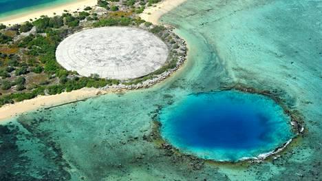 Ydinjätehauta ja sen betoninen kansi Marshallinsaarilla.