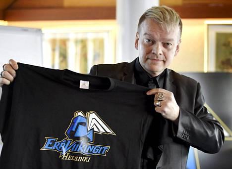 Viikinkien mahtimies Kurt Westerlund esitteli uuden seuran logoa torstain tiedotustilaisuudessa.