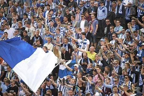 Suomen jalkapallomaajoukkueen fanit vaativat Unkari-tappion jälkeen kenkää Mixu Paatelaiselle ja Palloliiton puheenjohtaja Pertti Alajalle.