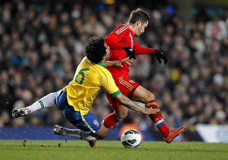 Brasilian Marcelo (vas.) ja Venäjän Viktor Faizulin kamppailivat pallosta maajoukkueiden ystävyysottelussa, joka pelattiin Lontoossa maanantaina.