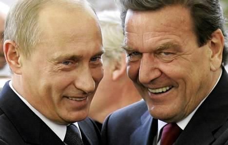 Saksan liittokansleri Gerhard Schröder tervehti Venäjän presidentti Vladimir Putinia Berliinissä syyskuussa 2005.