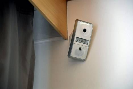 Valvontakamera omakotitalon olohuoneessa.