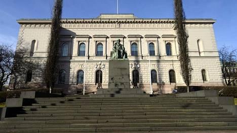 Suomen Pankki ja J.V. Snellmanin patsas Helsingissä 13. maaliskuuta 2014.