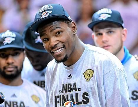 Kevin Durantilla oli syytä hymyyn elämänsä kovimman ottelun jälkeen. Hän johti Oklahoma Thunderin ensimmäistä kertaa NBA:n loppuotteluun.
