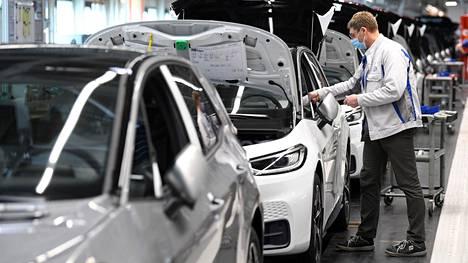 Kasvomaskia käyttävä työntekijä viimeisteli uusia ID.3 -sähköautoja Volkswagenin tehtaalla Zwickaussa huhtikuun lopussa.