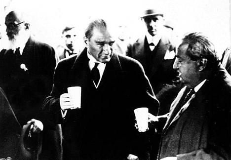 Modernin Turkin perustaja Mustafa Kemal Atatürk piti rakista. Kuvassa hän skoolasi toimittaja Yunus Nadi Abalıoğlun kanssa 1931.