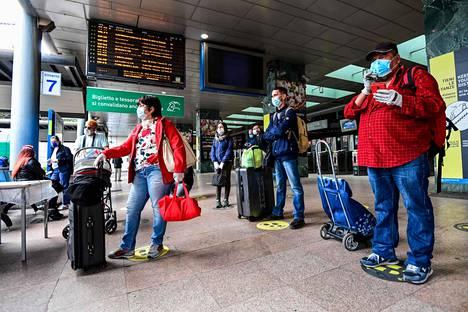 Matkustajat odottivat juniaan Cardonan asemalla Milanossa maanantaina.