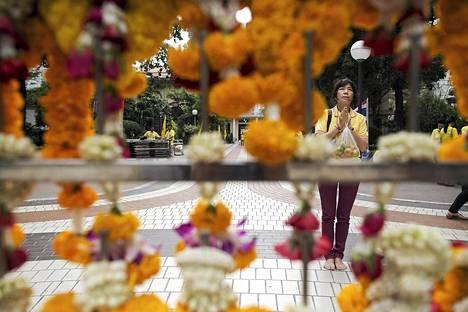 Nainen rukoili Thaimaan kuninkaan Bhumibol Adulyadejin terveyden puolesta torstaina maan pääkaupungissa Bangkokissa. Kuningas on hoidettavana Siriraj-sairaalassa. Thaimaassa syvästi kunnioitettu kuningas on maailman pitkäaikaisin vallassa ollut monarkki. Hän täyttää 87 vuotta huomenna perjantaina 5. joulukuuta.