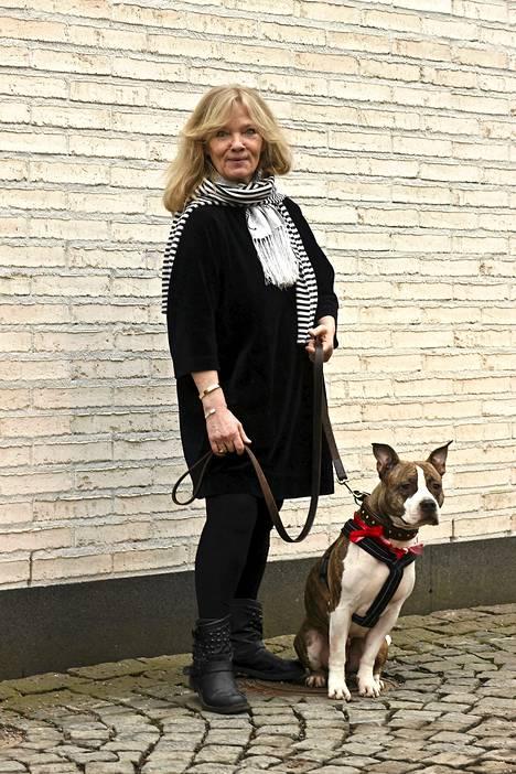 Arkkitehti Tarja Nurmen lempiväri on musta. Reina-koiran kaulapannan on valmistanut Eeva Lehtonen.
