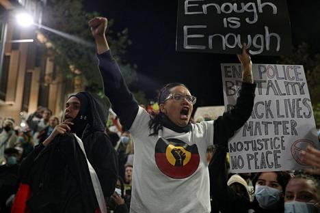"""""""Tarpeeksi on tarpeeksi"""", lukee mielenosoittajan kyltissä Sydneyssä, Australiassa 2. kesäkuuta."""