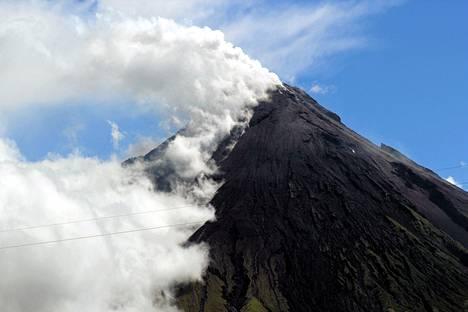 Filippiiniläinen tulivuori Mayon puski ilmoille tiistaina paksun tuhkapilven.