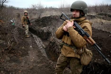Ukrainalaisia sotilaita partioimassa maanantaina Avdiivkan kaupungin lähellä Donetskin alueella Itä-Ukrainassa.