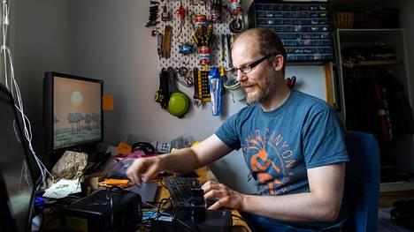 Jatkuva etäkokoustaminen ei yksinkertaisesti taivu kokeellisen fysiikan tutkijan työnkuvaan, sanoo Aalto-yliopiston tutkijatohtori Juha Koivisto.