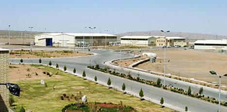 Iranille merkittävässä, Natanzin kaupungissa sijaitsevassa laitoksessa rikastetaan uraania, jota maan pelätään mahdollisesti käyttävän ydinaseen valmistamiseen. Kuvassa laitos vuonna 2005.