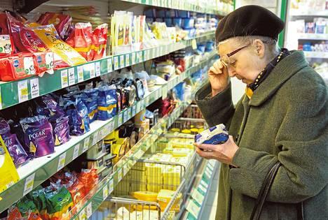 """Ирина Антонова (76) купила немного сыру """"эмменталь"""" от """"Валио"""" в питерской """"Призме"""": """"Пока еще цена – не первое, на что я смотрю""""."""