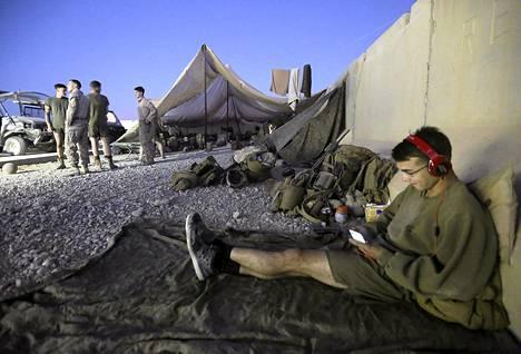 Yhdysvaltojen merijalkaväen sotilas kuunteli musiikkia Camp Bastionin tukikohdassa odottaessaan sen luovuttamista lauantaina Helmandin maakunnassa.